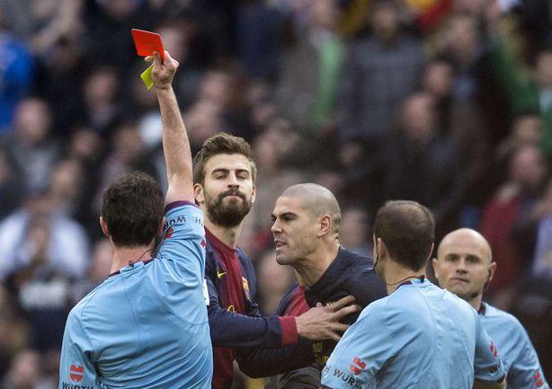 """Суббота. Мадрид. """"Реал"""" - """"Барселона"""" - 2:1. Виктор ВАЛЬДЕС не сумел сдержать эмоций и получил красную карточку уже после окончания встречи. Фото AFP"""