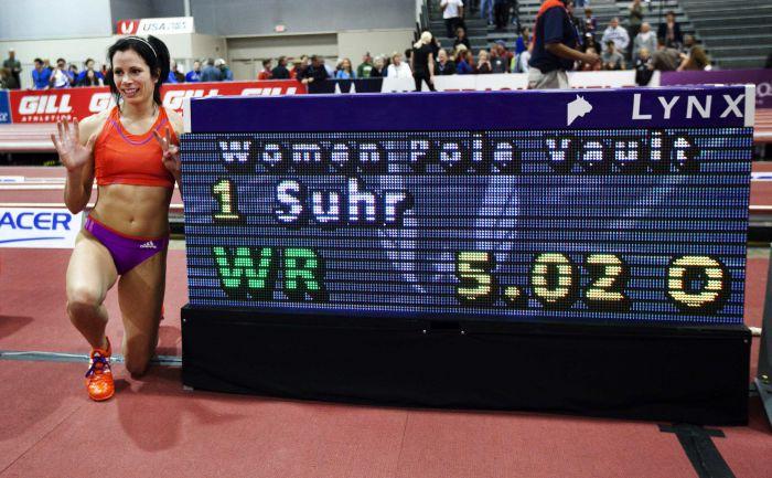 2 марта. Альбукерке. Только что Дженнифер СУР прыгнула на 5,02 и побила мировой рекорд Елены Исинбаевой в помещении. Фото REUTERS