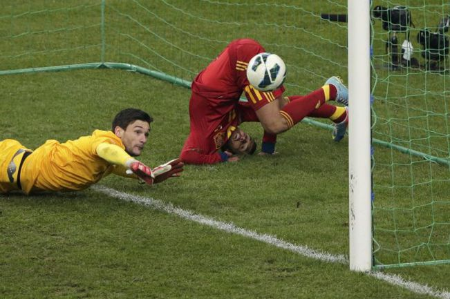 Вторник. Париж. Франция - Испания - 0:1. 58-я минута. Юго ЛЛОРИС не справляется с мячом, и тот от ноги ПЕДРО влетает в ворота. Фото Reuters