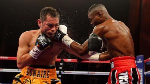 Сегодня. Нью-Йорк. Типичная сцена боя: Гильерме РИГОНДО с левой атакует Нонито ДОНЭРА. Фото AFP