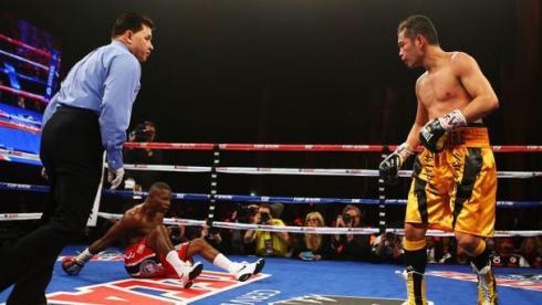 Сегодня. Нью-Йорк. Нетипичная сцена боя: Гильерме РИГОНДО приземляется на настил ринга после выпада Нонито ДОНЭРА. Фото AFP