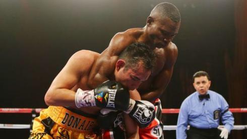 Cуббота. Нью-Йорк. Гильермо РИГОНДО (справа) побеждает Нонито ДОНЭРА в титульном поединке в категории до 55,3 кг. Фото AFP