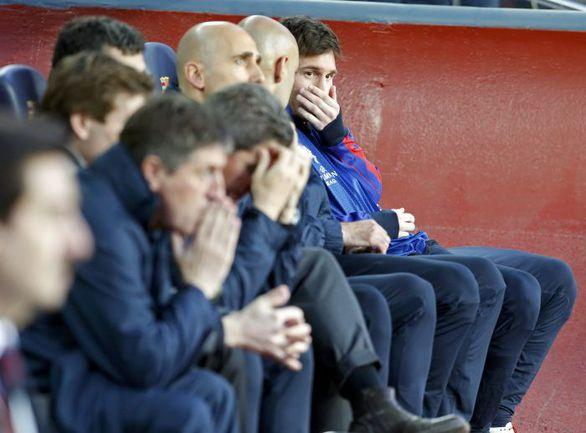 """Среда. Барселона. """"Барселона"""" - """"Бавария"""" - 0:3. По информации испанских СМИ, Лионель МЕССИ (крайний справа) мог появиться на поле во втором тайме, если бы у """"Барсы"""" появились шансы отыграться. Фото Reuters"""