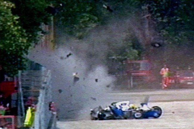 1 мая 1994 года. Имола. Кадры чудовищной аварии Айртона СЕННЫ заставили ужаснуться весь мир. Фото Reuters