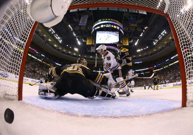 """Вчера. Бостон. """"Бостон"""" - """"Чикаго"""" - 5:6 ОТ. В ворота Туукки РАСКА влетает решающая шайба. Фото Reuters"""