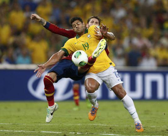 Матчи финальной части турнира с участием Бразилии, Испании, Италии и Уругвая оказались самыми захватывающими (ХАЛК против Серхио РАМОСА). . Фото Reuters