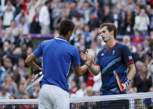 В полуфинале Олимпийских игр в Лондоне в августе 2012-го Энди МАРРЭЙ (справа) победил Новака ДЖОКОВИЧА. Фото Reuters