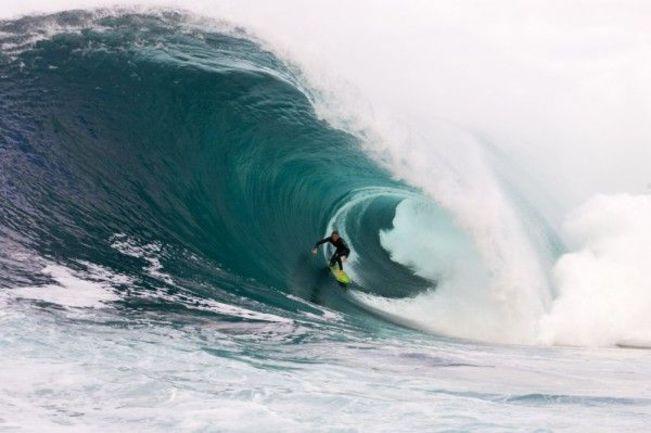 Одна из самых опасных волн в мире. Фото TransWorld SURF.