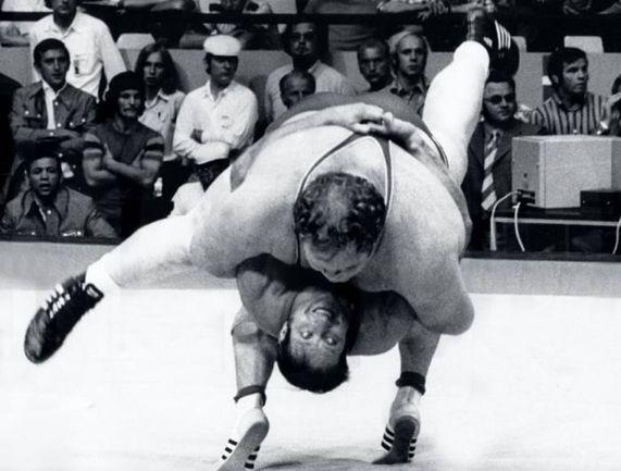 1972 год. Олимпиада в Мюнхене. Борьба может быть красивой: 110-килограммовый немец Вильфрид ДИТРИХ проводит против 198-килограммового американца Криса ТЕЙЛОРА прием, который был назван броском века. Фото AFP