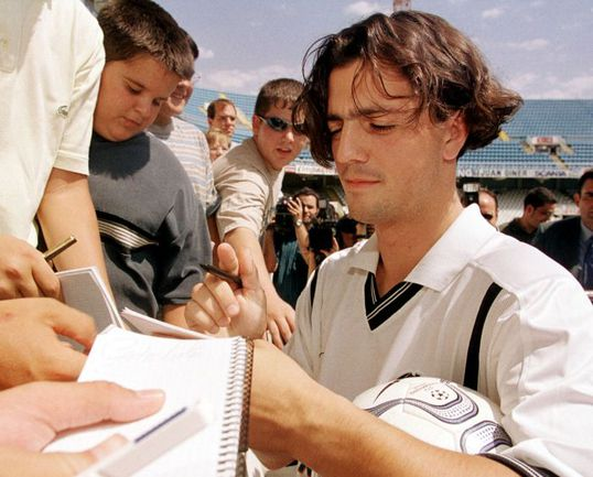 """Июль 2004 года. Златко ЗАХОВИЧ раздает автографы болельщикам """"Валенсии"""". Фото Reuters"""