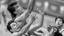 1988 год. Сеул. Александр ВОЛКОВ и Арвидас САБОНИС атакуют кольцо сборной Югославии во время олимпийского финала, завершившегося победой советских баскетболистов - 76:63.