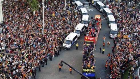"""Кадр года. 13 мая. Барселона. Игроки и тренеры """"Барсы"""" празднуют чемпионство со своими болельщиками. Фото Reuters"""