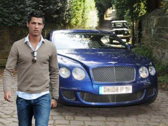 КРИШТИАНУ РОНАЛДУ и один из его дорогостоящих автомобилей. Фото m24digital.com