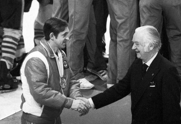 Президент МОК Майкл КИЛЛАНИН вручает серебряную медаль Лейк-Плэсида-1980 Борису МИХАЙЛОВУ. На заднем плане - радость олимпийских чемпионов, американцев. Фото Александра ЯКОВЛЕВА фотохроника ТАСС