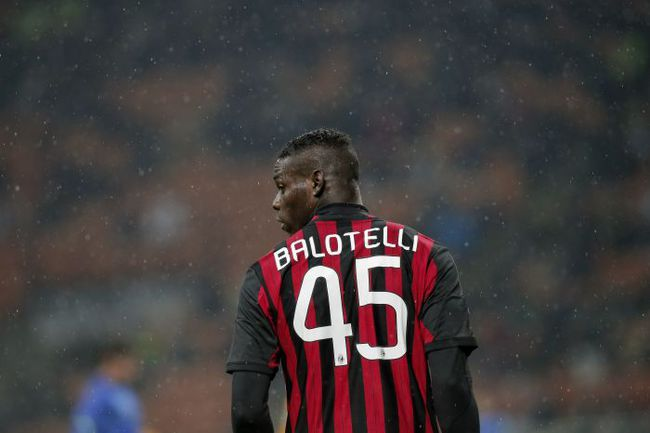 """Нападающий """"Милана"""" Марио БАЛОТЕЛЛИ, похоже, так и не дождется прихода звездного партнера в линию атаки. Фото AFP"""
