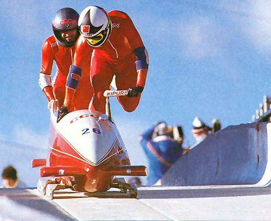 Янис КИПУРС (на переднем плане) и Владимир КОЗЛОВ начинают путь к историческому успеху в Калгари-1988. Фото Фотохроника ТАСС