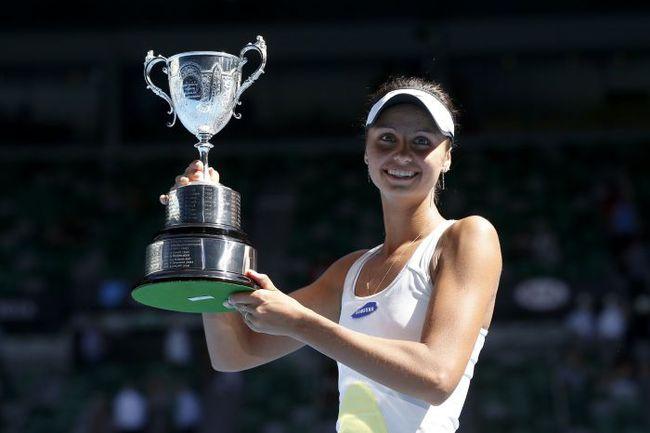 Сегодня. Мельбурн. Елизавета КУЛИЧКОВА с трофеем юниорского Australian Open. Фото REUTERS