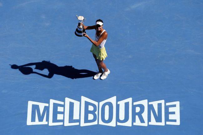 Сегодня. Мельбурн. Елизавета КУЛИЧКОВА с трофеем юниорского Australian Open в одиночном разряде. Фото REUTERS