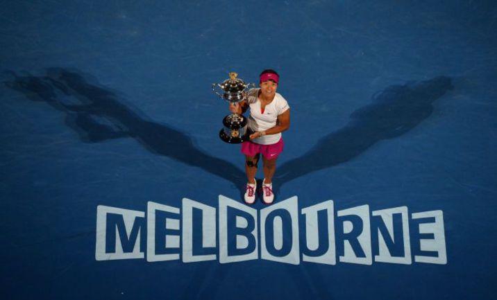 Сегодня. Мельбурн. ЛИ НА с трофеем Australian Open. Фото AFP