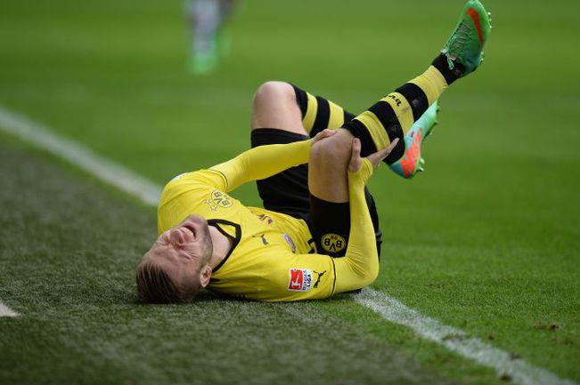 "Суббота. Дортмунд. ""Боруссия"" Д - ""Аугсбург"" - 2:2. Якуб БЛАЩИКОВСКИ корчится от боли. Фото AFP"