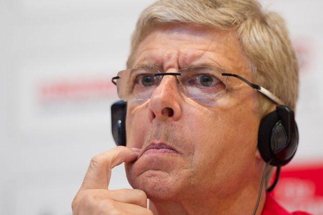 """Арсен ВЕНГЕР в излюбленной манере отвечает журналистам по поводу предстоящих трансферов """"Арсенала"""". Фото REUTERS"""