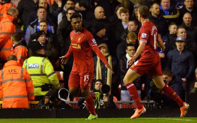 """Вторник. Ливерпуль. """"Ливерпуль"""" - """"Эвертон"""" - 4:0. Автор дубля Дэниэл СТАРРИДЖ (слева) принимает поздравления от Джордана ХЕНДЕРСОНА. Фото AFP"""