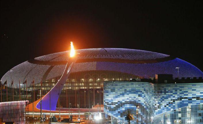 """Вчера. Сочи. Олимпийский факел у стадиона """"Фишт"""" готовят к церемонии открытия Игр. Фото REUTERS"""
