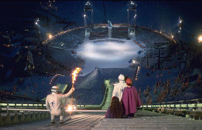 12 февраля 1994 года. Лиллехаммер. Через несколько секунд олимпийский огонь с трамплина будет доставлен на церемонию открытия Игр. Фото olympic.org