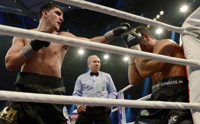 25 января. Штутгарт. Марко ХУК (слева) одерживает победу над Фиратом АРСЛАНОМ. . Фото Yahoo! Sports