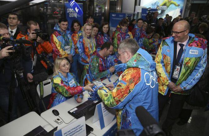 Вчера. Сочи. Президент МОК Томас БАХ при большом стечении волонтеров получает в аэропорту олимпийскую аккредитацию. Фото REUTERS