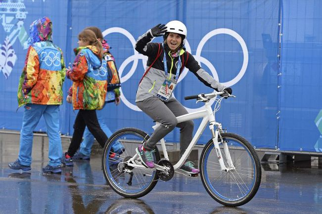 Вчера. Сочи. Один из первых жителей Олимпийской деревни приветствует волонтеров. Фото REUTERS