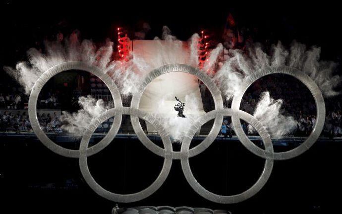 Многими спортивными редакциями этот снимок с открытия Олимпиады в Ванкувере был признан фотографией года. Фото REUTERS