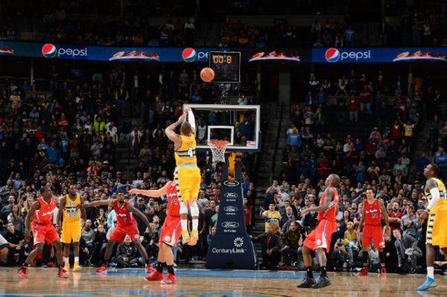 """Понедельник. Денвер. """"Денвер"""" – """"Клипперс"""" – 116:115. Рэнди ФОЙ (№4) исполняет победный бросок. Фото НБА"""