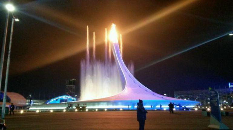 """Пятница. Сочи. Олимпийский стадион """"Фишт"""" и огонь зимних Игр-2014. Фото Руслан ШАМУКОВ, ТАСС"""