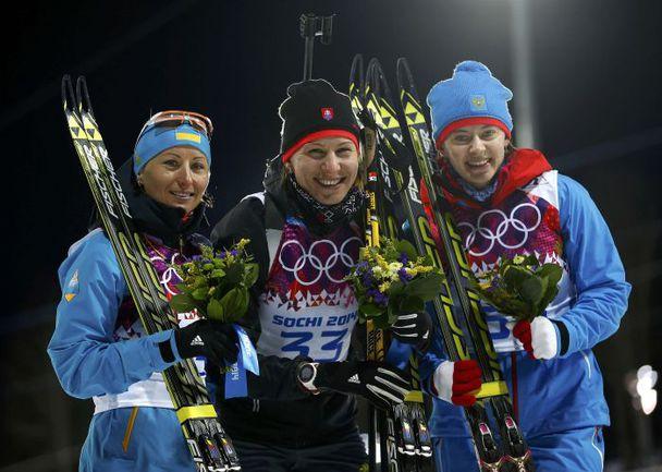 Сегодня. Сочи. Ольга ВИЛУХИНА, Анастасия КУЗЬМИНА, Вита СЕМЕРЕНКО (справа налево) на пьедестале олимпийского спринта. Фото REUTERS