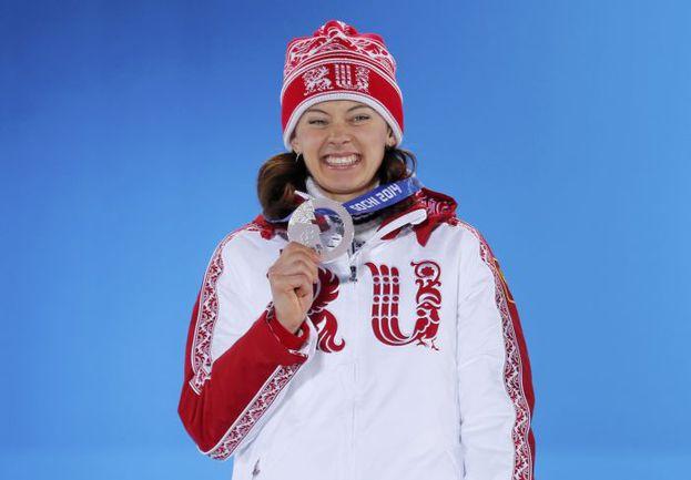 Вчера. Сочи. Ольга ВИЛУХИНА на церемонии награждения призеров спринта. Фото REUTERS