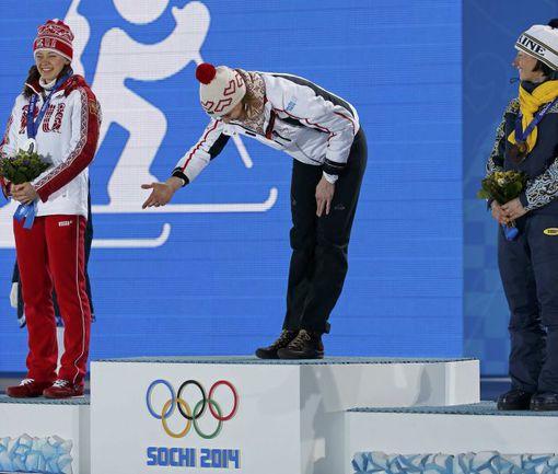 Вчера. Сочи. Церемония награждения призеров спринта. Анастасия КУЗЬМИНА (в центре), Ольга ВИЛУХИНА (слева) и Вита СЕМЕРЕНКО. Фото REUTERS