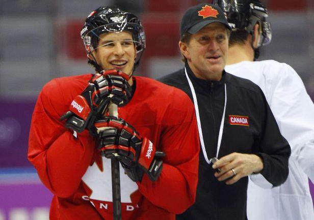 Понедельник. Сочи. Лидер сборной Канады Сидни КРОСБИ и главный тренер Майк БЭБКОК. Фото REUTERS
