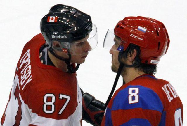 Канадец Сидни КРОСБИ (№87) и российский хоккеист Александр ОВЕЧКИН (№8) - главные действующие лица своих сборных. Фото AFP