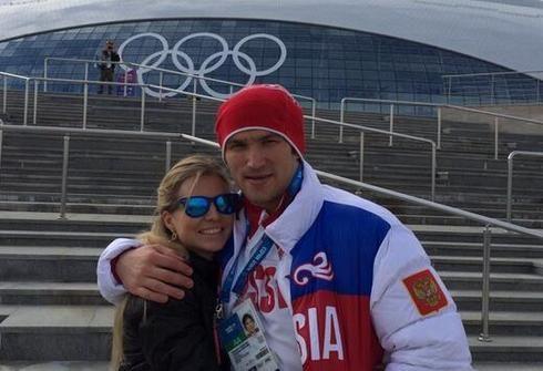 Звезда отечественного хоккея Александр ОВЕЧКИН и его невеста Мария КИРИЛЕНКО позируют на фоне ледового дворца. Фото twitter.com