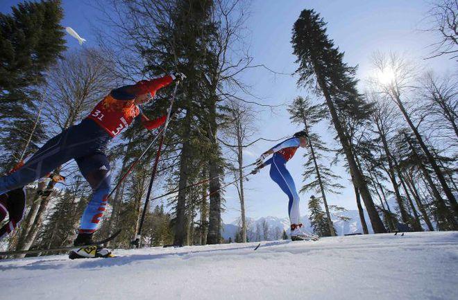 Сегодня. Красная Поляна. Юлия ИВАНОВА (слева) на первом этапе эстафеты. Фото REUTERS