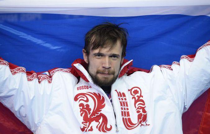 Суббота. Сочи. Александр ТРЕТЬЯКОВ с российским флагом. Фото AFP