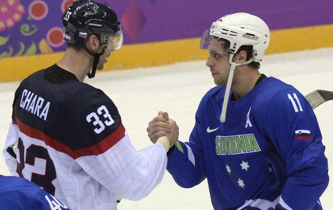 Вчера. Сочи. Словакия - Словения - 1:3. Самый высокий игрок НХЛ словак Здено ХАРА (слева) поздравляет лидера словенской сборной Анже КОПИТАРА. Фото AFP