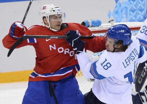 Форвард СКА и лидер сборной Норвегии Патрик ТОРЕСЕН против Сами ЛЕПИСТО. Фото REUTERS