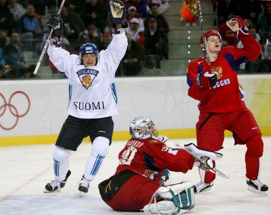 24 февраля 2006 года. Финляндия - Россия - 4:0. Теему СЕЛЯННЕ (слева) празднует гол Тони Людмана на фоне Евгения НАБОКОВА и  Антона ВОЛЧЕНКОВА. Фото REUTERS