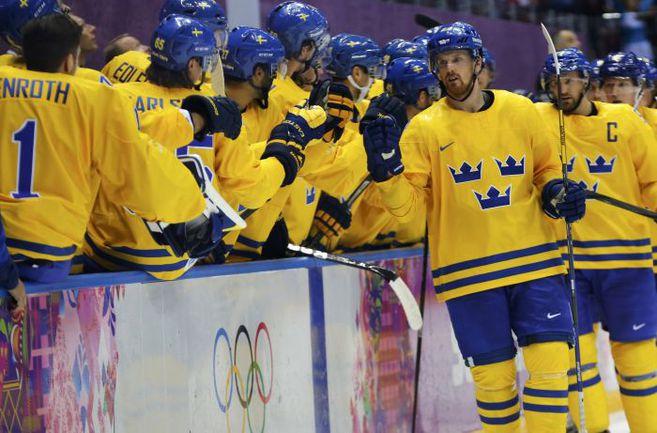 Среда. Сочи. Швеция - Словения - 5:0. Шведы поздравляют с голом Даниэла СЕДИНА. Фото REUTERS