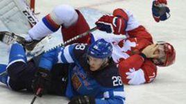 Среда. Сочи. Финляндия - Россия - 3:1. Защитник Алексей ЕМЕЛИН получил болезненный удар. Как и вся страна.