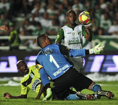 """Вратарь """"Депортиво Кали"""" Фарид Камилло МОНДРАГОН, несмотря на 42-летний возраст, еще в строю и по-прежнему держит в напряжении нападающих соперника. Но иногда все-таки дает осечки. Фото AFP"""