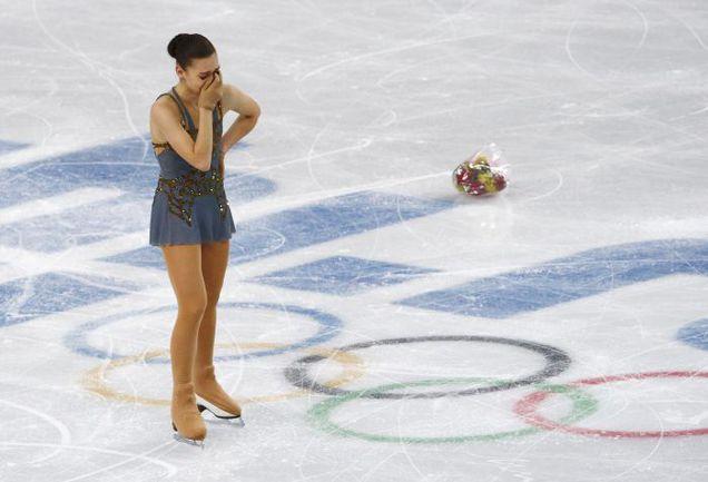 Четверг. Сочи. Наша юная суперзвездочка Аделина СОТНИКОВА не смогла сдержать слез счастья после выступления. Фото REUTERS