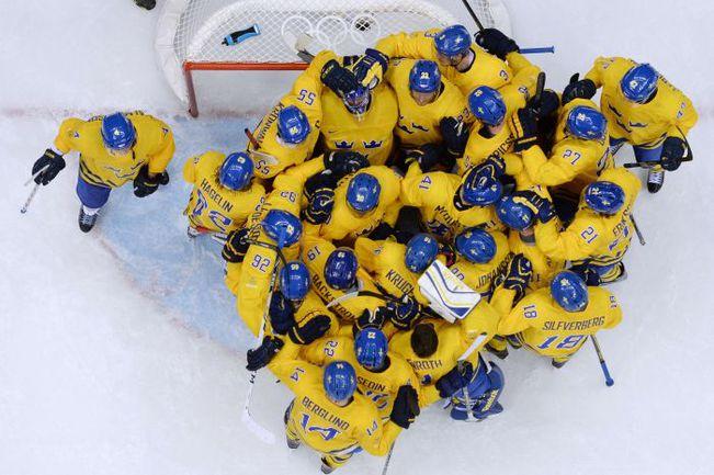"Пятница. Сочи. Швеция - Финляндия - 2:1. ""Желто-синие море"" празднует выход в финал Олимпиады. Фото REUTERS"